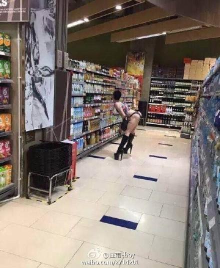 深圳万象城超市惊现变态男 高跟背心露屁股皮内裤