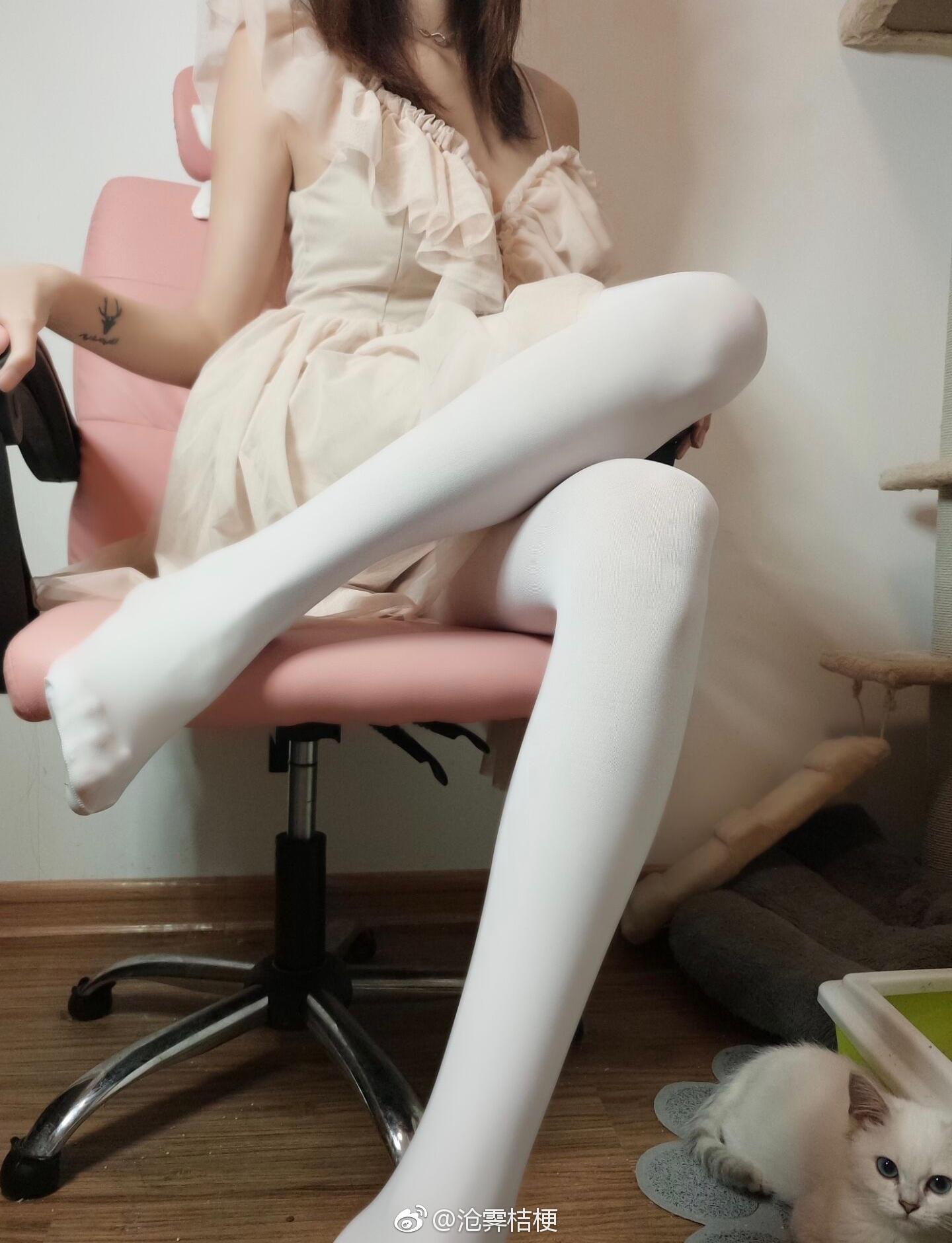 你喜欢妹子穿黑丝还是白丝还是黑白丝-o-?(9P)