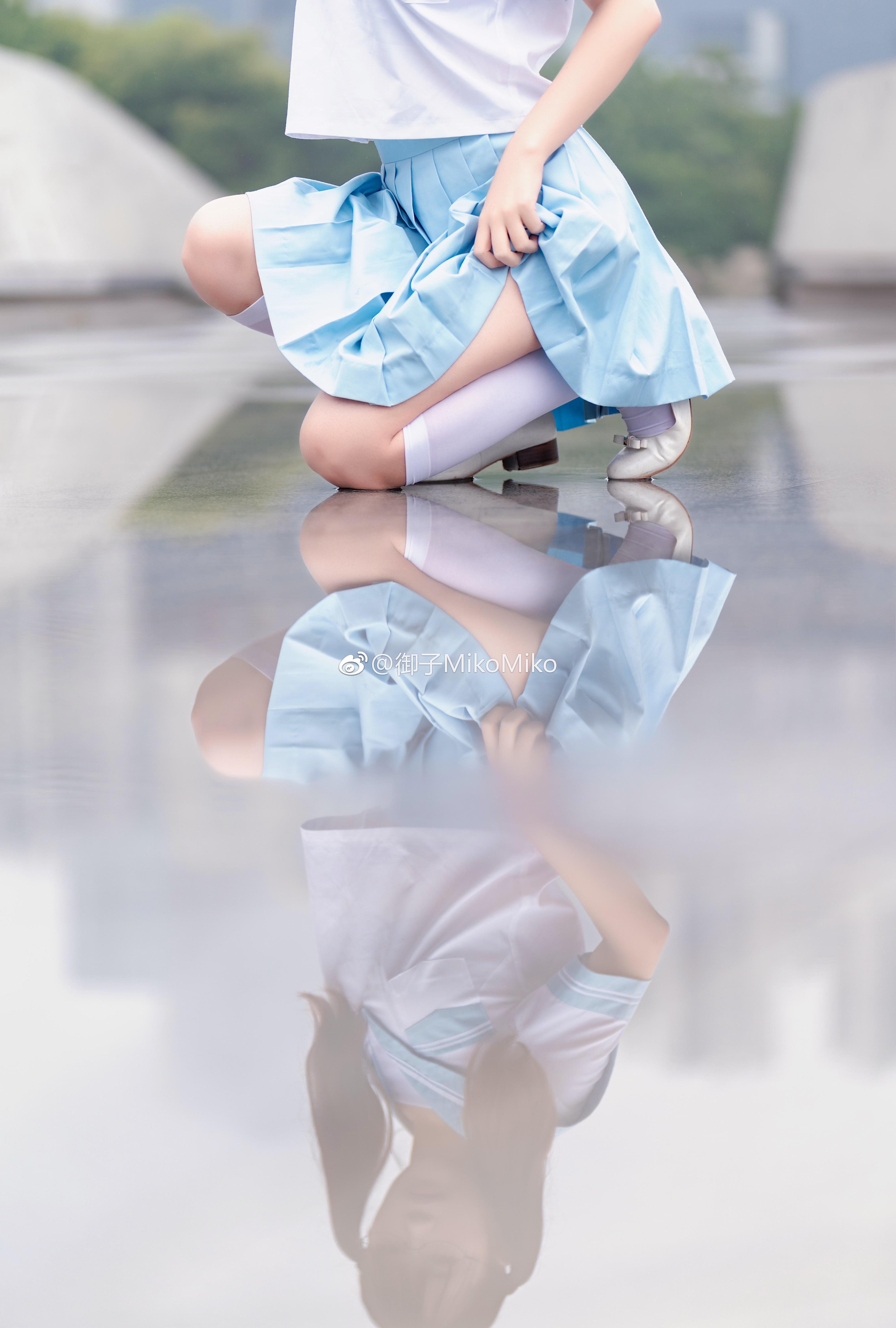 双马尾萌妹子的四万粉制服写真