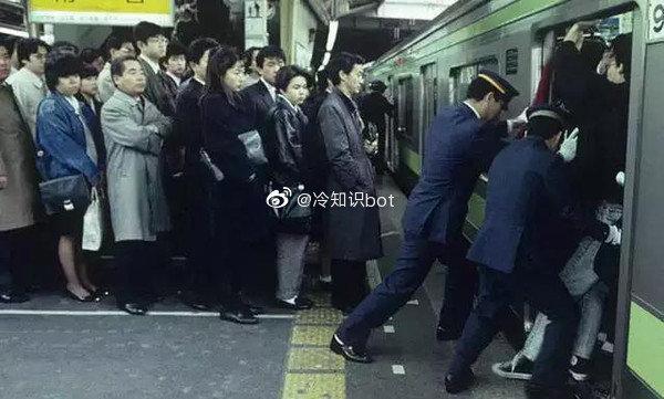 """日本有一种职业叫""""地铁推手"""",收入挺可观的-前方高能"""