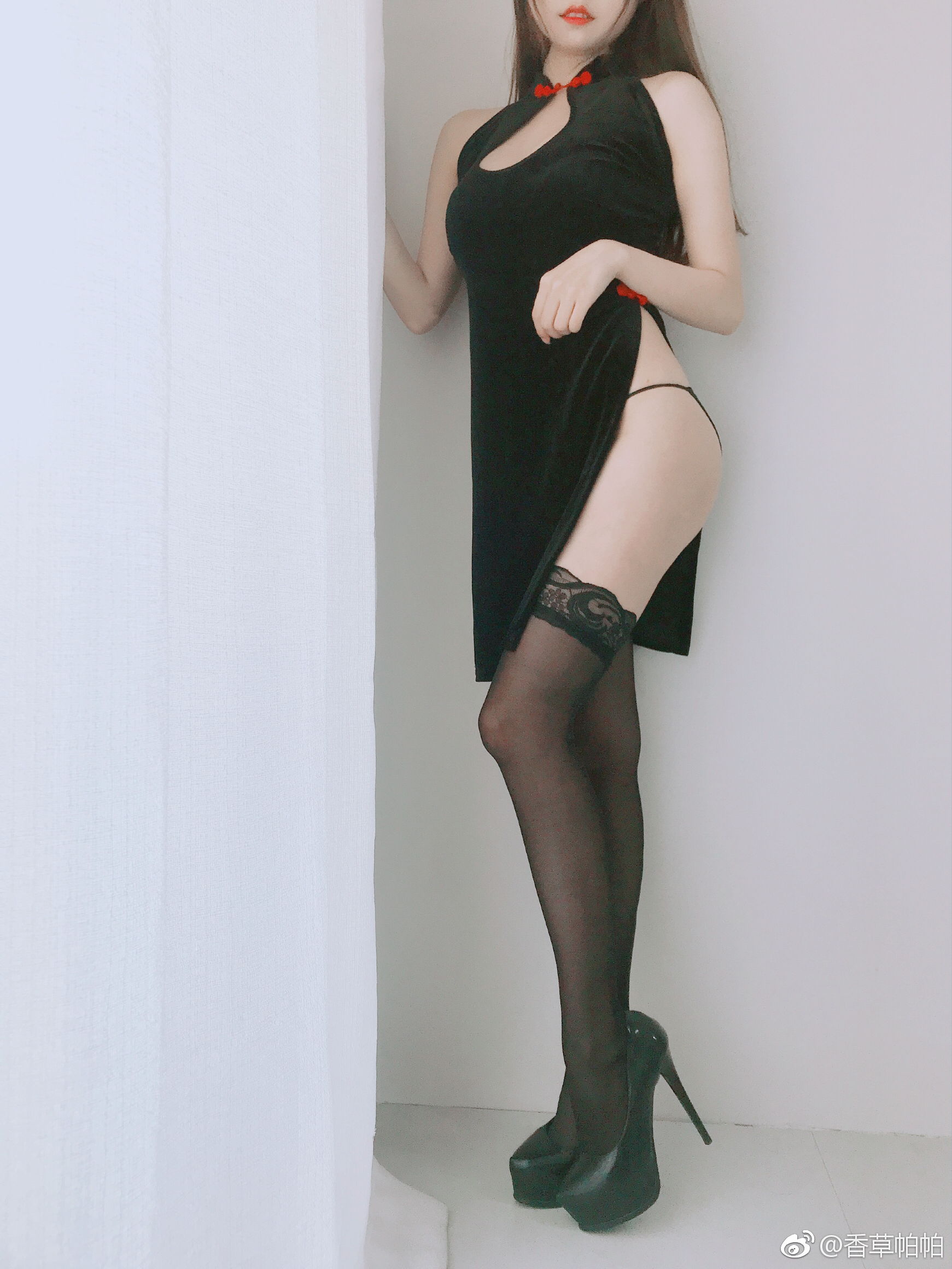萌妹子的性感开胸黑丝旗袍写真