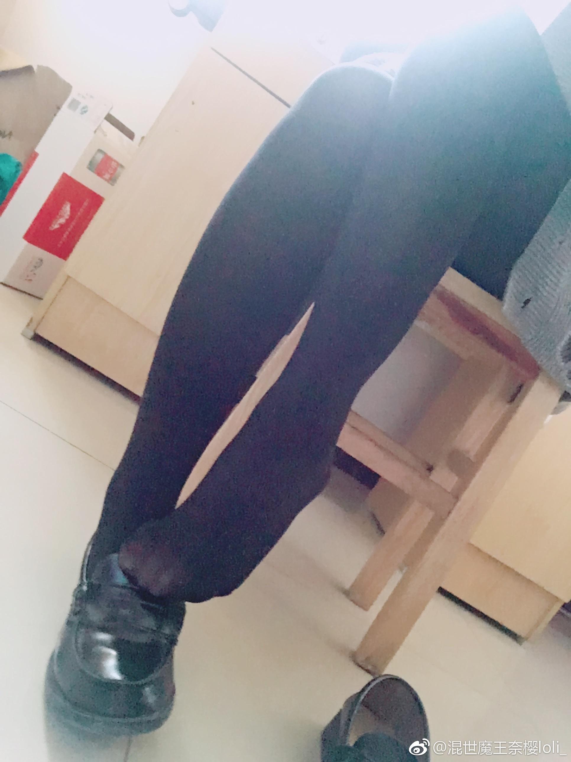 树洞厚袜萌妹子的jio,问你想不想被踩!(9P)