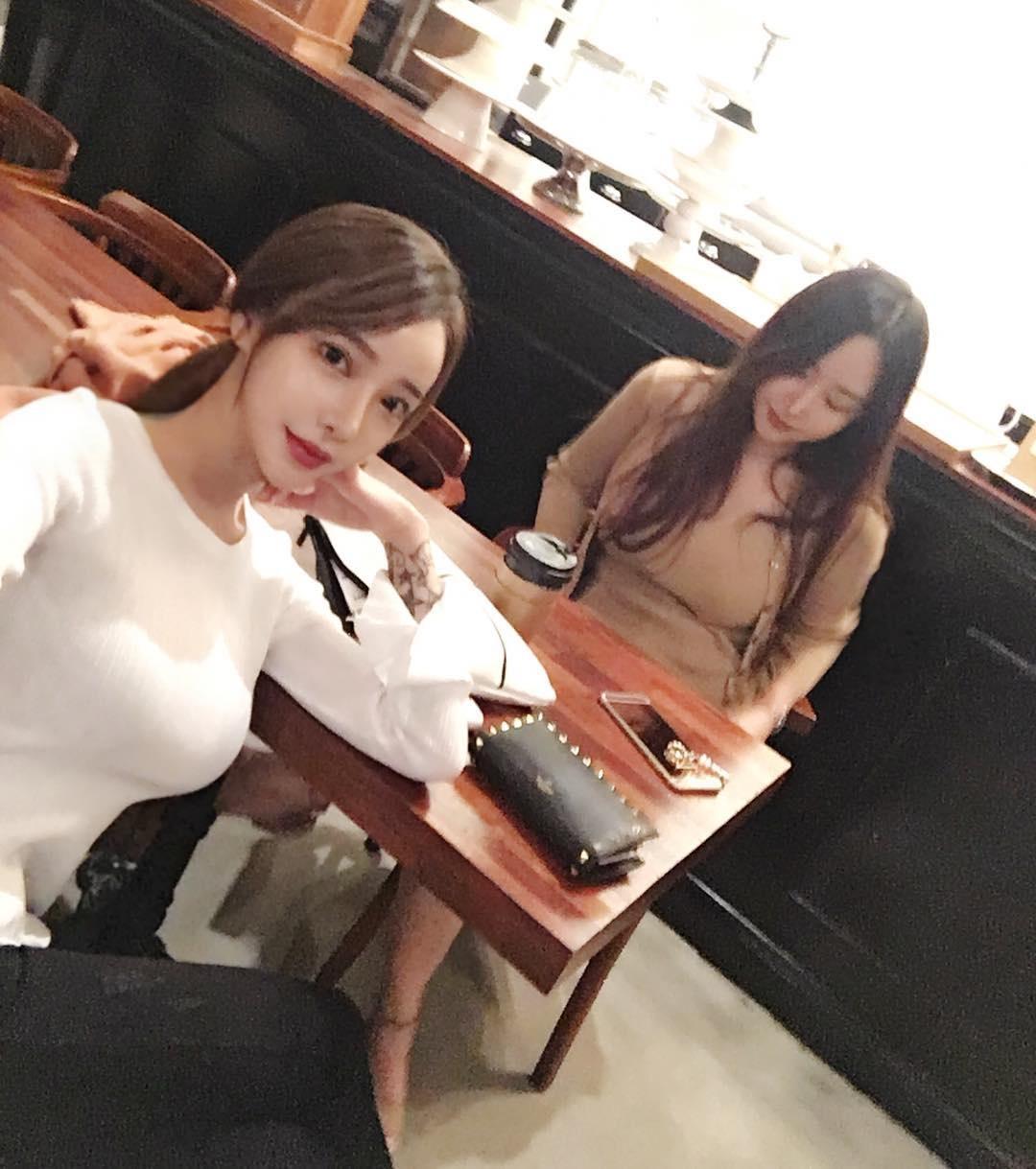 韩国女神的ins自拍福利,这身材太难为衣服了!(9P)
