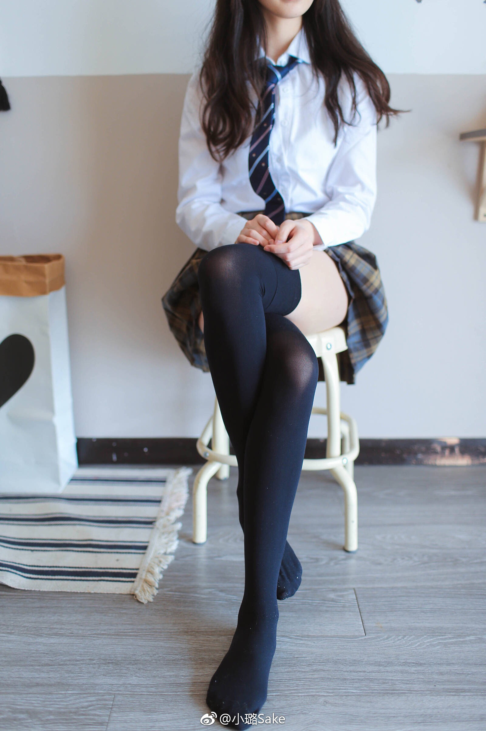 JK制服控的绅士入内:小璐Sake的丝袜美足(9P)
