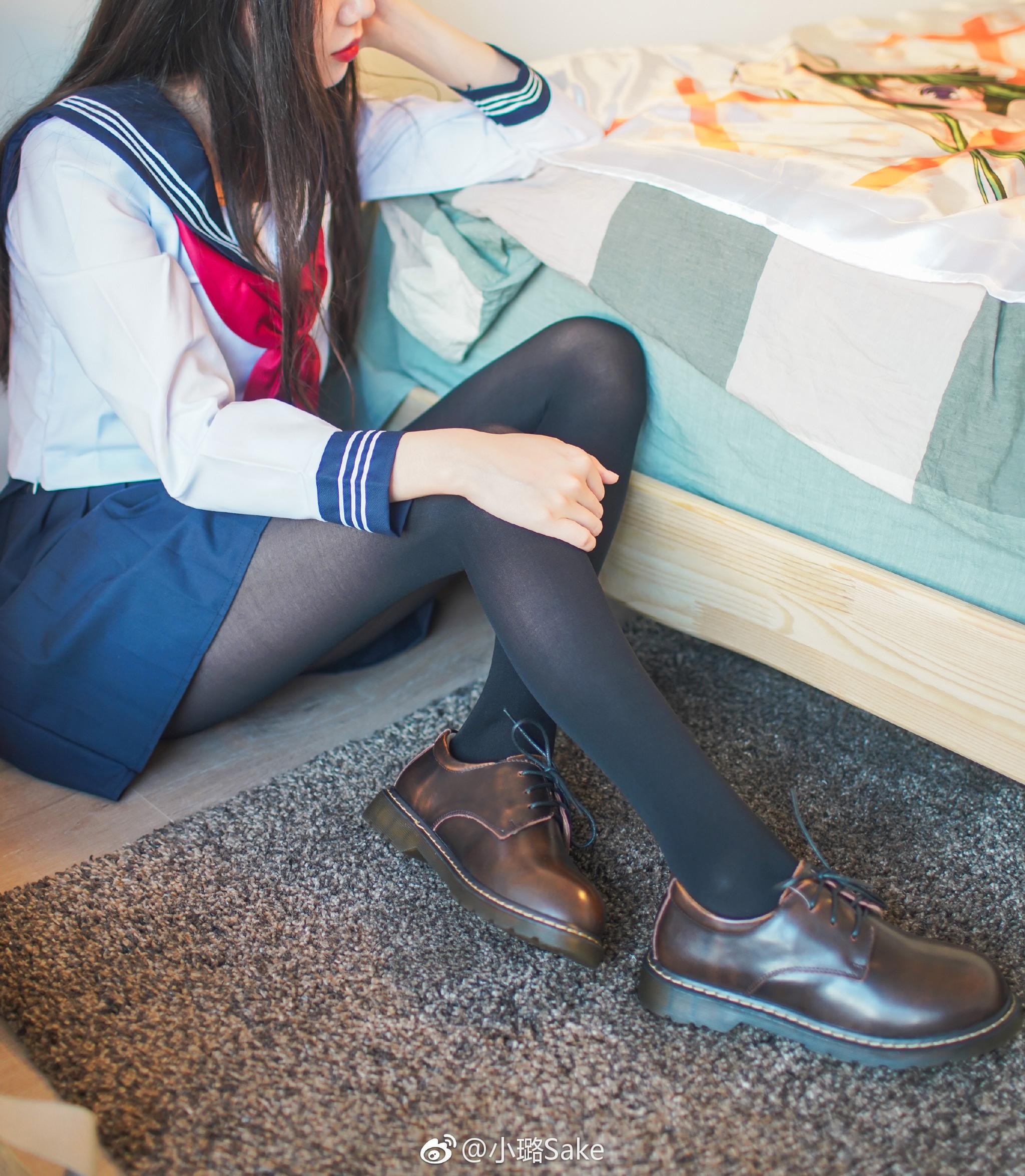 萌妹子的jk制服写真,这黑丝太骚了(9P)
