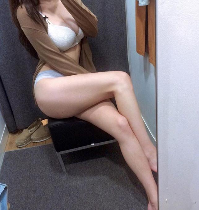 一组妹子在试衣间的福利自拍秀(9P)