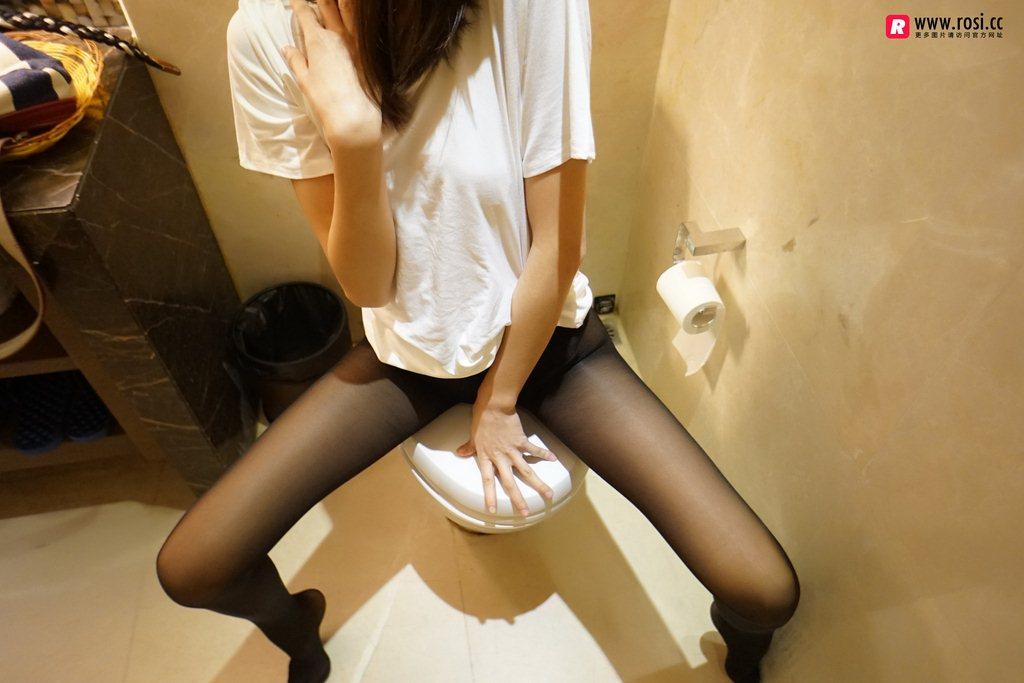 Rosi写真丝袜美足福利:坐便器上的丝袜女王(55P)
