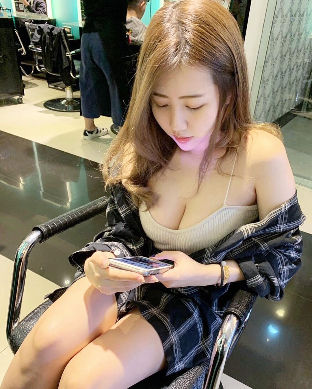 甜美妹子「夏筠婷」不吝啬分享火辣曲线