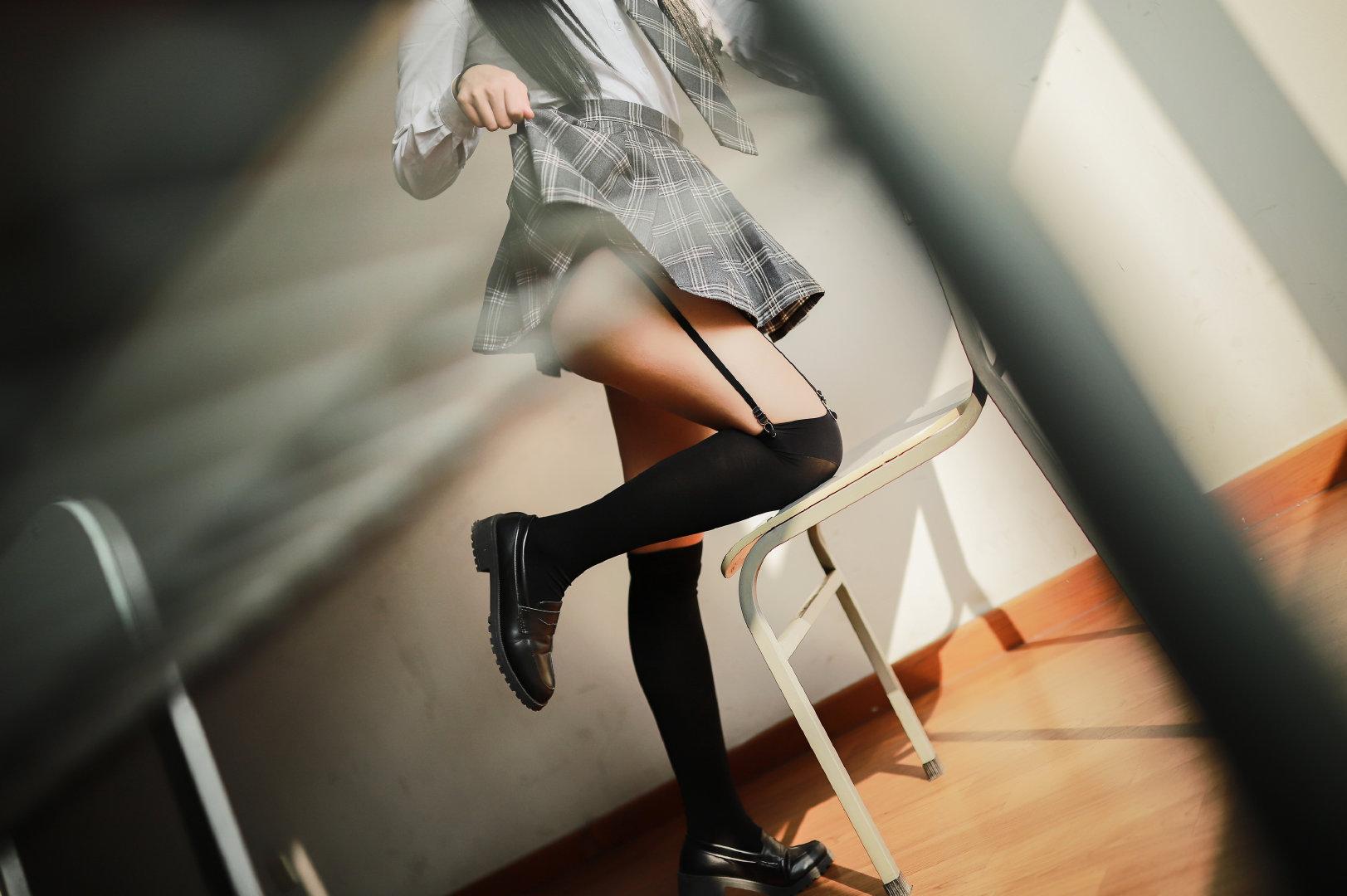JK制服妹子的教室写真,摄影师角度刁钻
