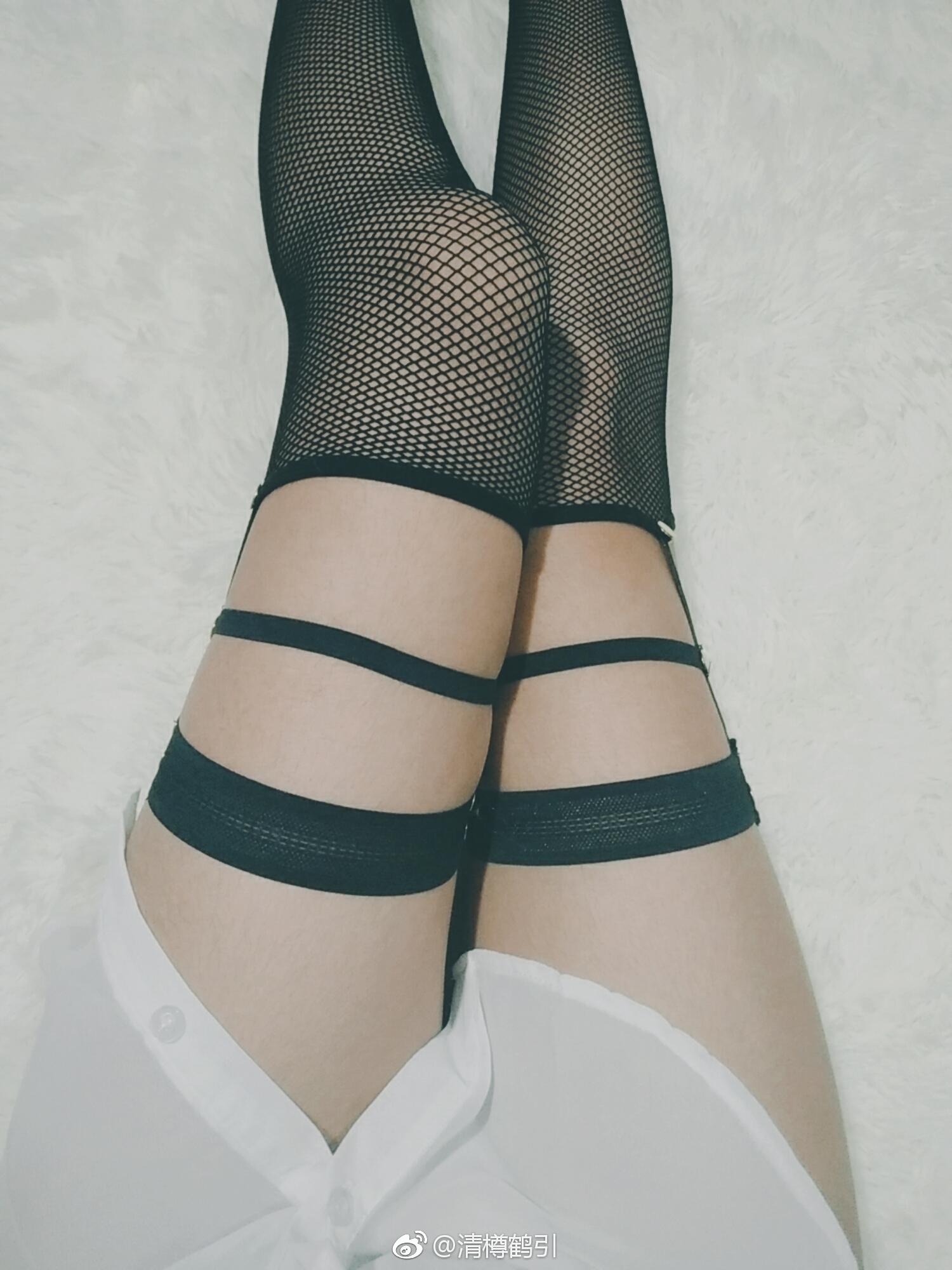 一双可以玩一晚上的萌妹子网袜骚腿!(9P)