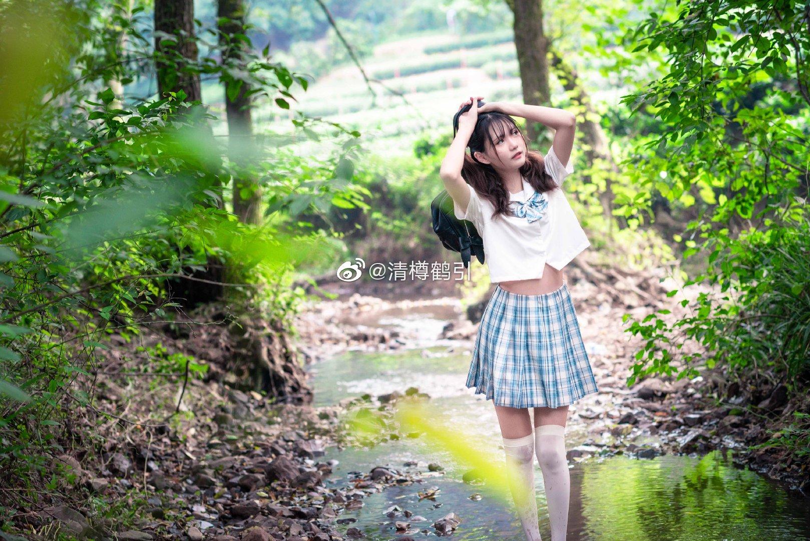 独自玩耍的少女,白丝与格裙的质感非常动人