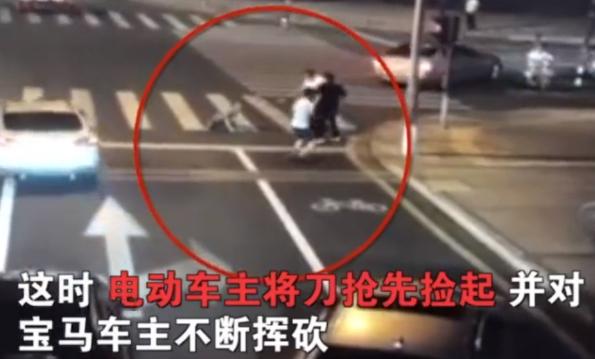 昆山宝马车主与电动车碰撞 纹身男子持刀滋事被反杀!图片