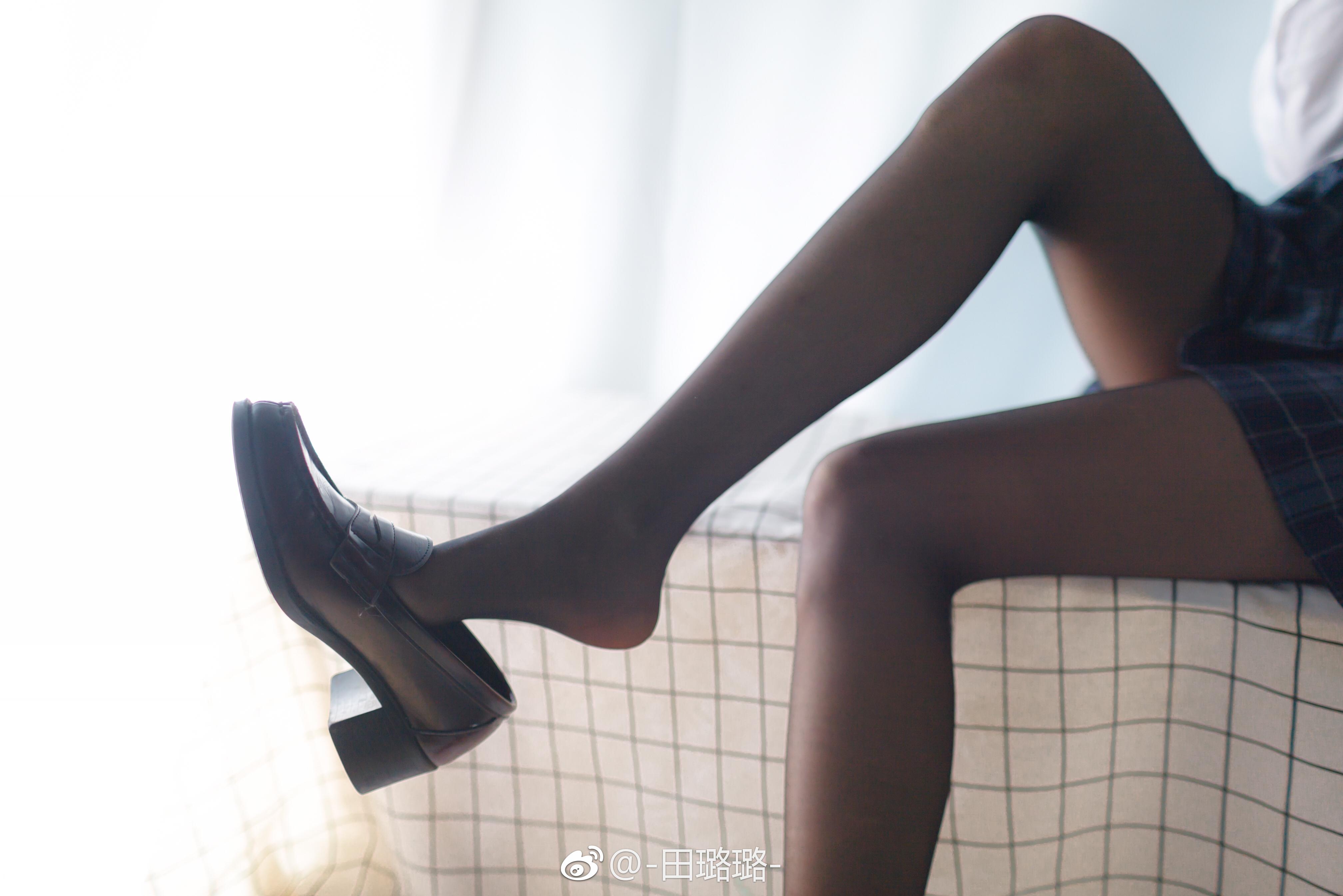 萌妹子@-田璐璐-的黑丝美腿,舔爆(9P)