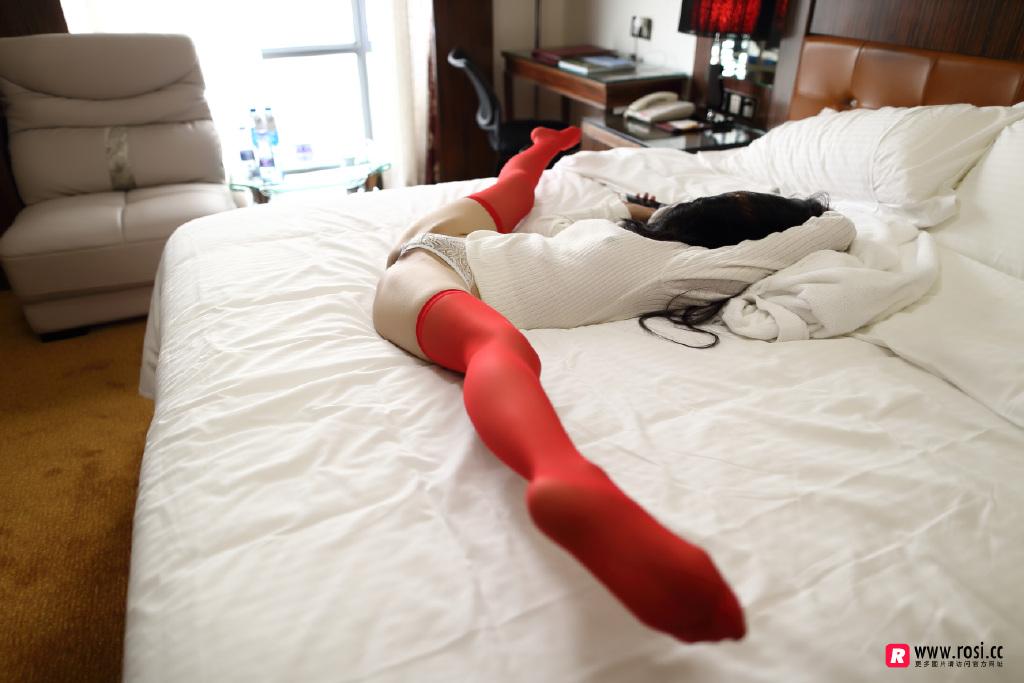 Rosi丝袜福利写真在线看:红色彩丝欣赏得来吗(25P)