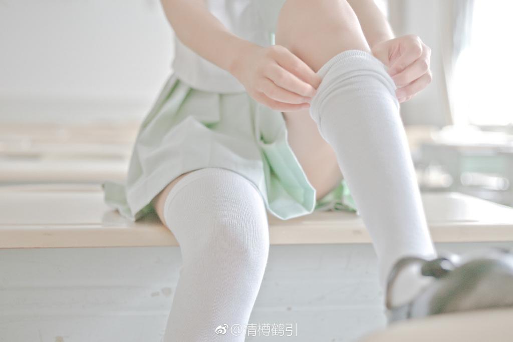 丝袜萌妹子福利图片:穿白丝的制服少女(9P)