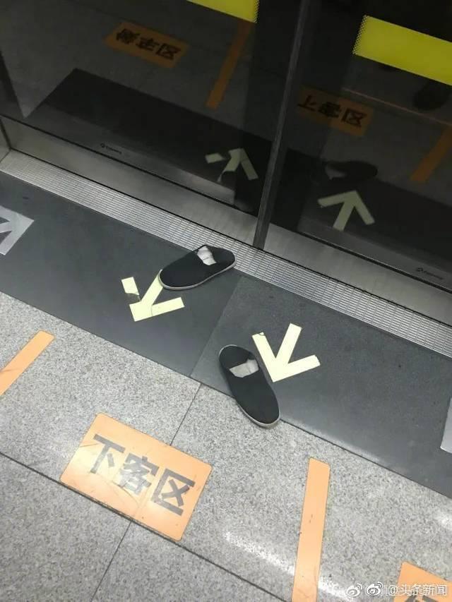 地铁男子赤脚横躺座椅 乘客默默把鞋踢出车厢