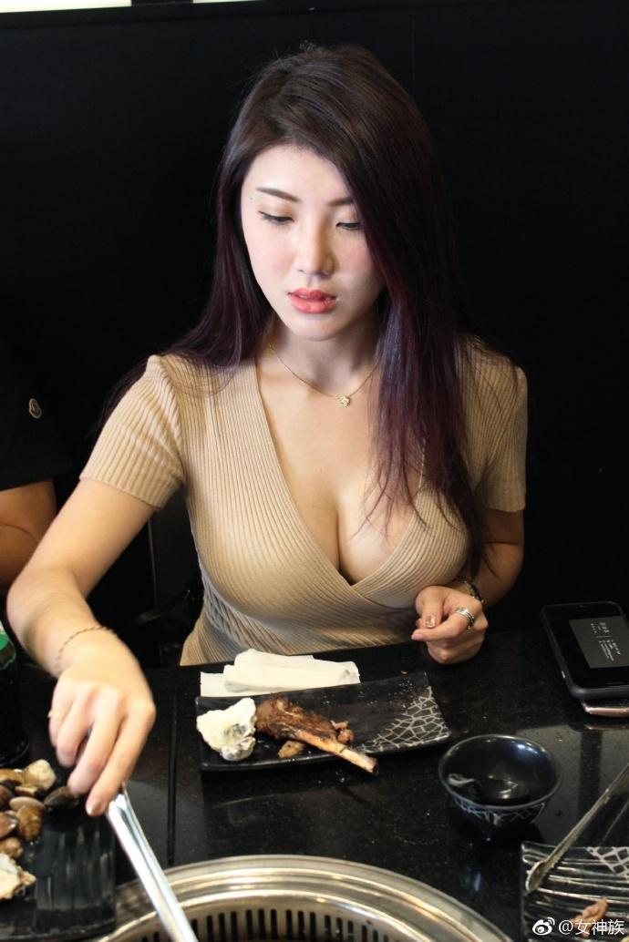 我爱台妹福利:台湾烧烤店兔女郎性感女店员